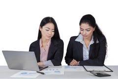 2 женщины работая с документами на столе Стоковое фото RF