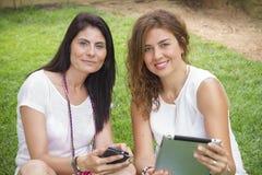 Женщины работая с таблеткой Стоковое Изображение