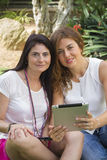 Женщины работая с таблеткой Стоковые Фотографии RF