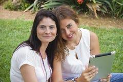 2 женщины работая с таблеткой Стоковое фото RF