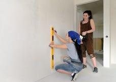 2 женщины работая с уровнем духа Стоковое Изображение RF