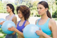 Женщины работая с шариками медицины Стоковое Фото