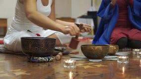 Женщины размышляют и делают йога Тибетские шары петь Мастерский класс для творческой группы акции видеоматериалы