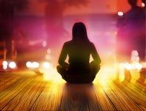 Женщины размышляют на ноче и лучах света в городе Стоковое Изображение RF