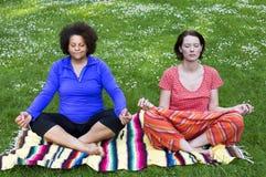 2 женщины размышляя в парке Стоковое Изображение
