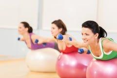 Женщины разрабатывая в спортзале делая pilates Стоковое фото RF