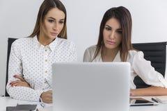 Женщины разрабатывая решение проблемы Стоковое Изображение