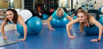 Женщины разрабатывая с аэробным шариком Стоковая Фотография