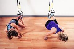 2 женщины разрабатывая с ремнями Стоковое Фото