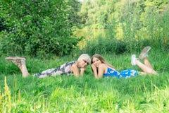 2 женщины различных поколений лежат на траве Мать и дочь Бабушка и бабушка и granddau внучки Стоковая Фотография