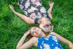 2 женщины различных поколений лежат на траве Мать и дочь Бабушка и внучка Стоковая Фотография RF