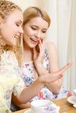 2 женщины рассматривая обручальное кольцо Стоковые Изображения