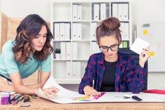 2 женщины рисуя схему Стоковые Фотографии RF