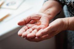 Женщины руки 86th-years старые украинские держа кольцо Стоковая Фотография
