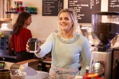 2 женщины руководя кофейня совместно Стоковое Изображение RF