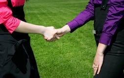 женщины рукопожатия дела Стоковые Фото