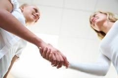 женщины рукопожатия s Стоковое Изображение