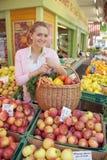 женщины рынка плодоовощ Стоковые Изображения RF