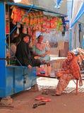Женщины связывают на стойле с закусками Стоковое Изображение RF