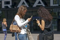 Женщины связывают с smartphone или iPhone Стоковые Фотографии RF