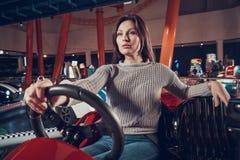 Женщины сидя в автомобиле игрушки в занятности центризуют Стоковое Изображение RF