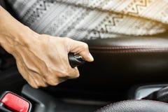 Женщины сидя в автомобиле используют тормоз руки Стоковая Фотография RF