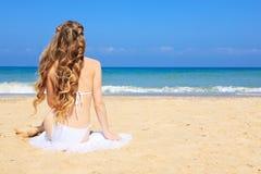 Женщины сидя на пляже Стоковое Изображение