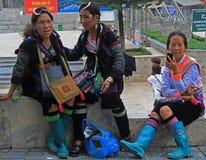 3 женщины сидеть внешний в PA Sa, Вьетнаме Стоковые Фото