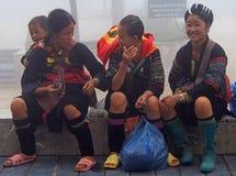 3 женщины сидеть внешний в PA Sa, Вьетнаме Стоковое Фото