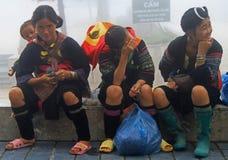 3 женщины сидеть внешний в PA Sa, Вьетнаме Стоковые Изображения