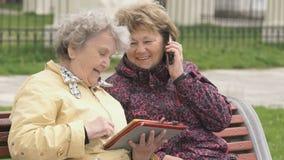 2 женщины сидят и обсуждают о природе outdoors видеоматериал