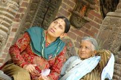 2 женщины сидят около виска в квадрате Durbar Стоковое Изображение RF