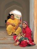 2 женщины сидят почти вход к форту Amer Стоковое Изображение