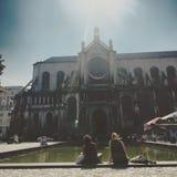 2 женщины сидя внутри перед старой церковью Стоковое Изображение