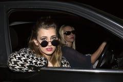 2 женщины сидя в автомобиле Стоковое фото RF