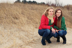 2 женщины сидя в природе Стоковые Изображения RF