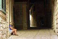 Женщины сидя в темном переулке Стоковое Изображение RF