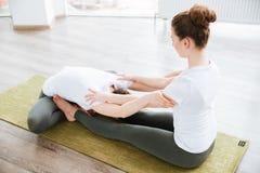 2 женщины сидя и протягивая в центре йоги Стоковые Изображения RF