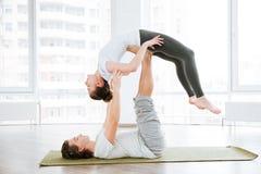 2 женщины сидя и протягивая в центре йоги Стоковая Фотография RF