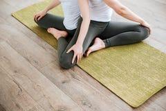 2 женщины сидя и протягивая в центре йоги Стоковые Изображения
