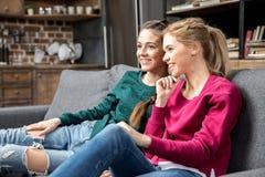 Женщины сидя на кресле Стоковое фото RF