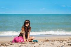 Женщины сидя на пляже Стоковые Фотографии RF