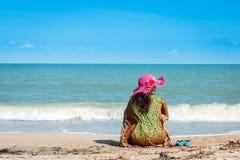 Женщины сидя на пляже Стоковые Фото
