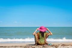 Женщины сидя на пляже Стоковое Фото