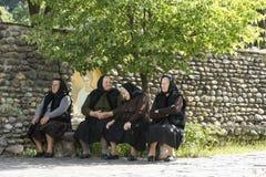 4 женщины сидя на стенде в Румынии Стоковое Изображение RF