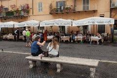 Женщины сидя на стенде Стоковое Изображение