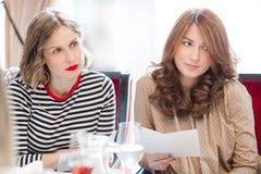 Женщины сидя на таблице банкета Стоковое Изображение