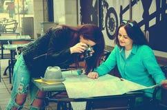 2 женщины сидя на таблице на улице Стоковое Изображение RF