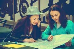 2 женщины сидя на таблице на улице Стоковые Фотографии RF