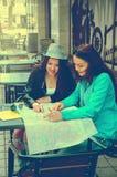 2 женщины сидя на таблице на улице Стоковые Изображения